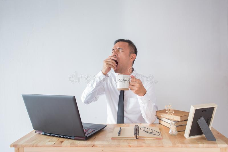 Επιχειρησιακό άτομο με τον καφέ στοκ φωτογραφίες με δικαίωμα ελεύθερης χρήσης