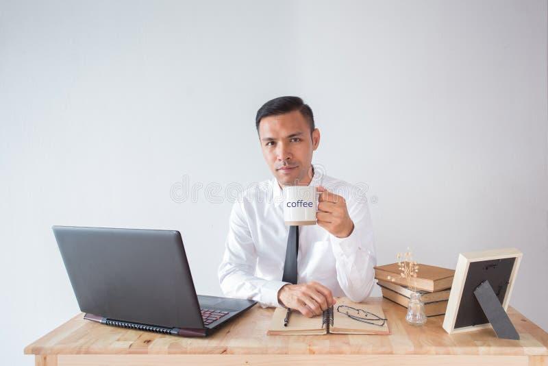 Επιχειρησιακό άτομο με τον καφέ στοκ εικόνα με δικαίωμα ελεύθερης χρήσης
