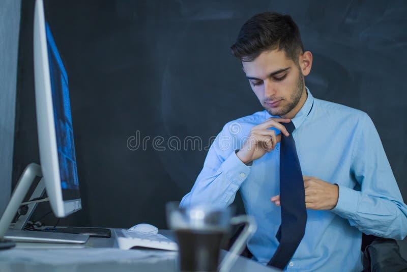 επιχειρησιακό άτομο με τον υπολογιστή στοκ φωτογραφίες