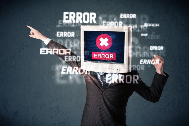 Επιχειρησιακό άτομο με το όργανο ελέγχου PC στο κεφάλι και τα μηνύματα λάθους του στο τ στοκ εικόνες με δικαίωμα ελεύθερης χρήσης