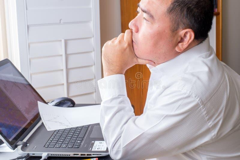 Επιχειρησιακό άτομο μπροστά από έναν υπολογιστή στοκ εικόνες