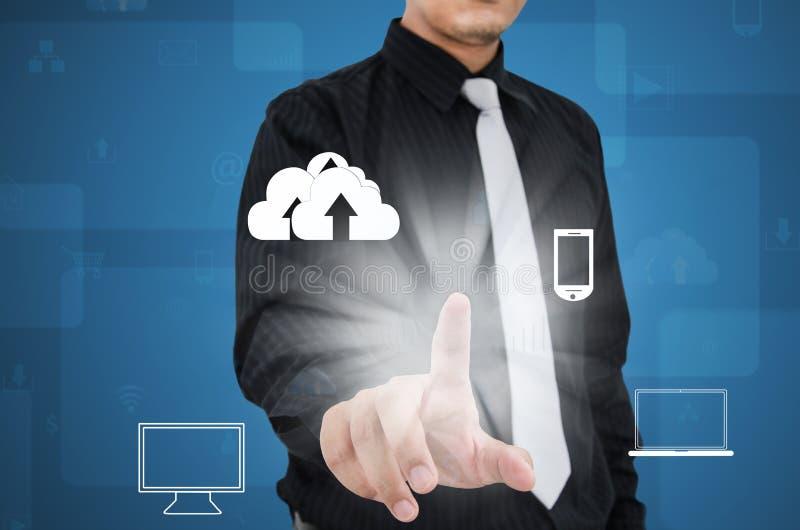 Επιχειρησιακό άτομο που αγγίζει στο εικονίδιο τεχνολογίας στοκ φωτογραφία με δικαίωμα ελεύθερης χρήσης