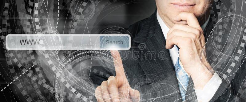Επιχειρησιακό άτομο που δείχνει τον κενό φραγμό διευθύνσεων στην εικονική μηχανή αναζήτησης Ιστού Seo, Διαδίκτυο που εμπορεύεται  στοκ φωτογραφία