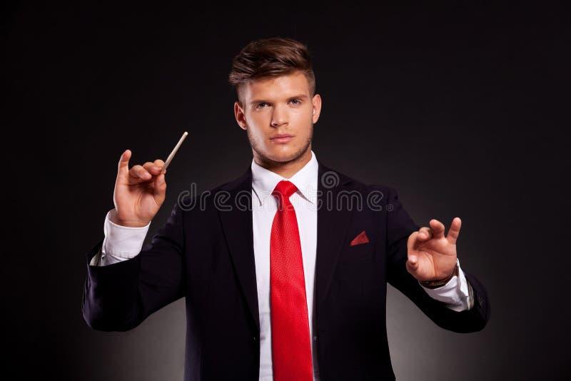 Επιχειρησιακό άτομο που διευθύνει την ορχήστρα στοκ εικόνες