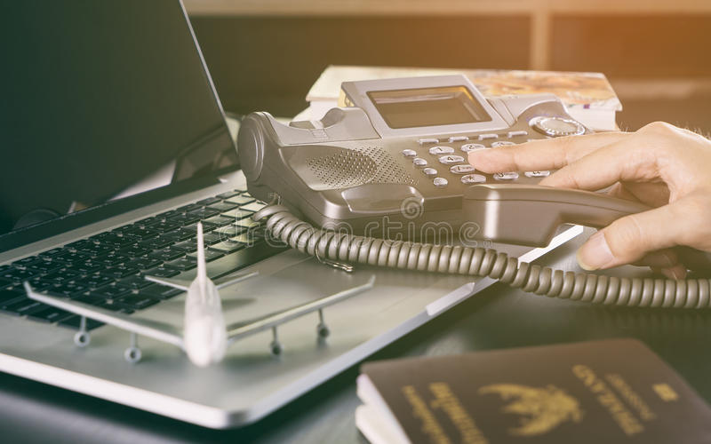 Επιχειρησιακό άτομο που κάνει την κλήση για το ταξίδι και την παγκόσμια επικοινωνία στοκ φωτογραφία