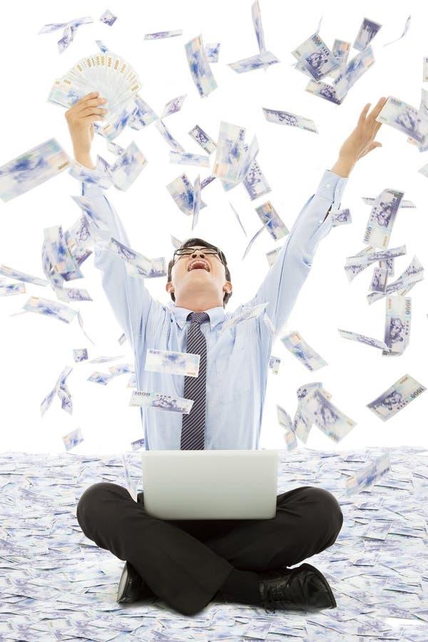 Επιχειρησιακό άτομο που κερδίζει μια λαχειοφόρο αγορά με τη βροχή χρημάτων στοκ φωτογραφίες με δικαίωμα ελεύθερης χρήσης