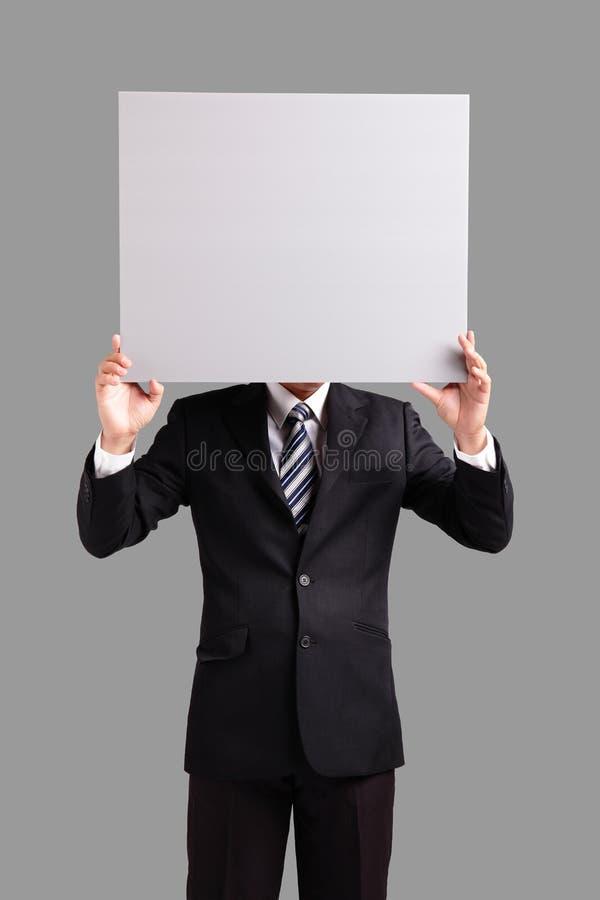 Επιχειρησιακό άτομο που κρατά τον κενό πίνακα διαφημίσεων στοκ εικόνα με δικαίωμα ελεύθερης χρήσης