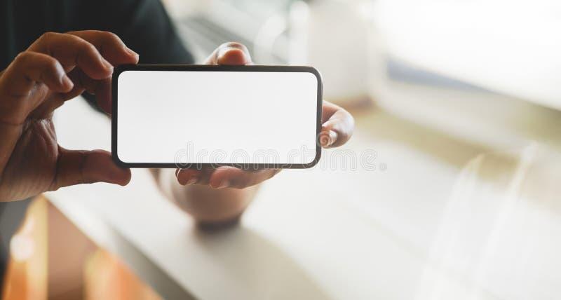 Επιχειρησιακό άτομο που οι σημαντικές πληροφορίες από το smartphone στοκ εικόνες