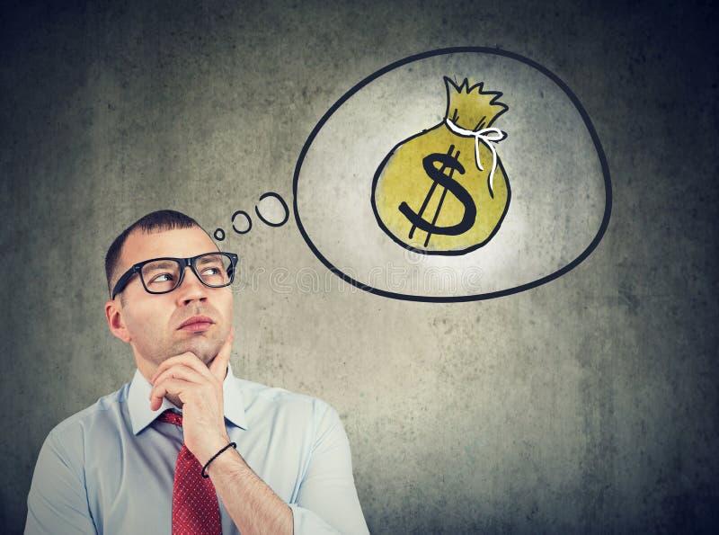 Επιχειρησιακό άτομο που ονειρεύεται μια οικονομική επιτυχία στοκ εικόνα