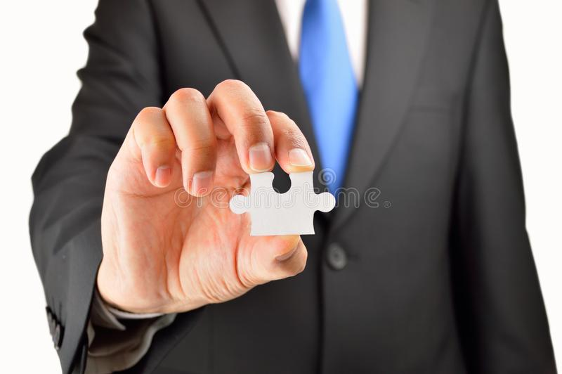 Επιχειρησιακό άτομο που παρουσιάζει γρίφο τορνευτικών πριονιών στοκ εικόνα με δικαίωμα ελεύθερης χρήσης