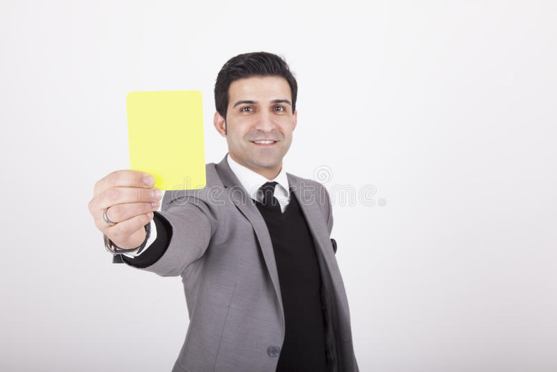 Επιχειρηματίας που παρουσιάζει κίτρινη κάρτα στοκ φωτογραφίες