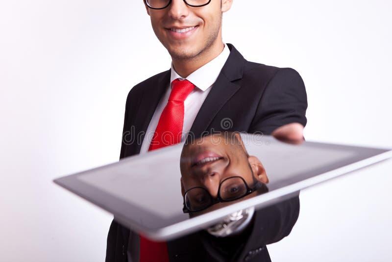 Επιχειρησιακό άτομο που προσφέρει σε σας ένα μαξιλάρι οθόνης αφής στοκ φωτογραφίες με δικαίωμα ελεύθερης χρήσης