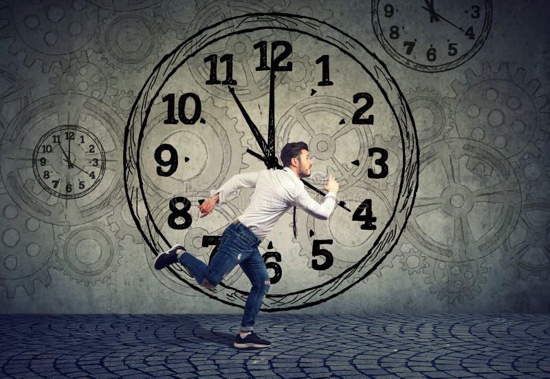 Επιχειρησιακό άτομο που τρέχει έξω του χρόνου στοκ εικόνες