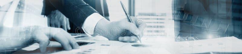 Επιχειρησιακό άτομο που υπογράφει μια σύμβαση Πανόραμα εμβλημάτων επιγραφών ιστοχώρου progect στοκ φωτογραφίες με δικαίωμα ελεύθερης χρήσης