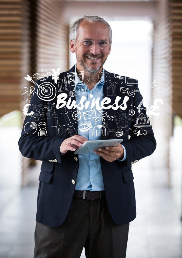 Επιχειρησιακό άτομο που χαμογελά με την ταμπλέτα που καλύπτεται με την άσπρη επιχείρηση doodles στοκ φωτογραφία