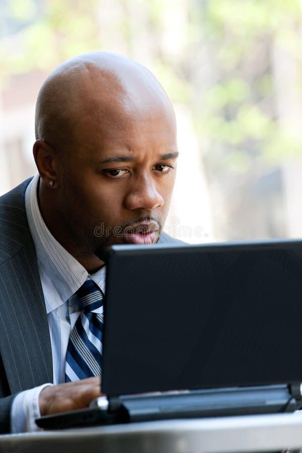 Επιχειρησιακό άτομο που χρησιμοποιεί ένα lap-top στοκ φωτογραφίες