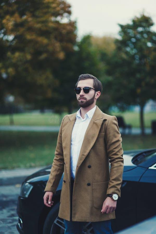 Επιχειρησιακό άτομο σε ένα παλτό στοκ εικόνα