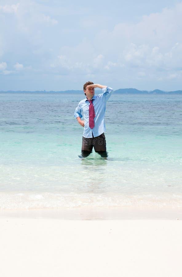 Επιχειρησιακό άτομο στην παραλία στοκ φωτογραφία