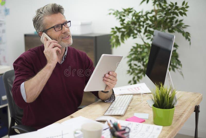 Επιχειρησιακό άτομο στο γραφείο στοκ φωτογραφία