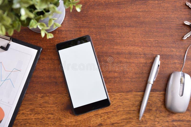 Επιχειρησιακό γραφείο με ένα smartphone στην ξύλινη επιτραπέζια κορυφή στοκ φωτογραφίες με δικαίωμα ελεύθερης χρήσης