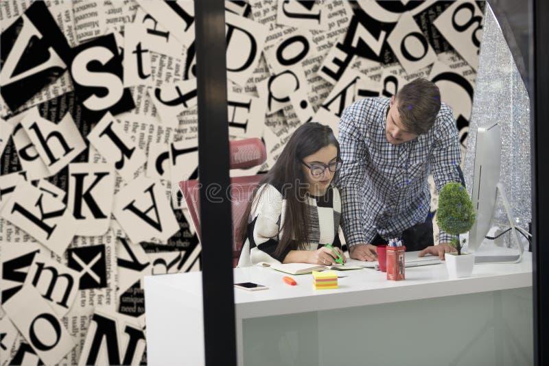 Επιχειρησιακό ζεύγος που εργάζεται μαζί στο πρόγραμμα στο σύγχρονο γραφείο ξεκινήματος στοκ φωτογραφία με δικαίωμα ελεύθερης χρήσης