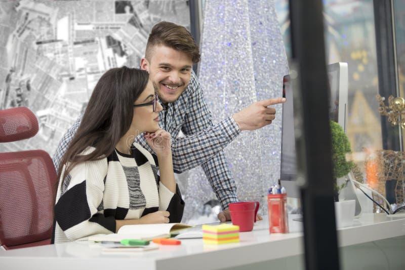 Επιχειρησιακό ζεύγος που εργάζεται μαζί στο πρόγραμμα στο σύγχρονο γραφείο ξεκινήματος στοκ φωτογραφίες με δικαίωμα ελεύθερης χρήσης