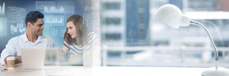 Επιχειρησιακό ζεύγος που εργάζεται στο lap-top με τη μετάβαση διεπαφών και γραφείων κειμένων οθόνης στοκ φωτογραφία με δικαίωμα ελεύθερης χρήσης