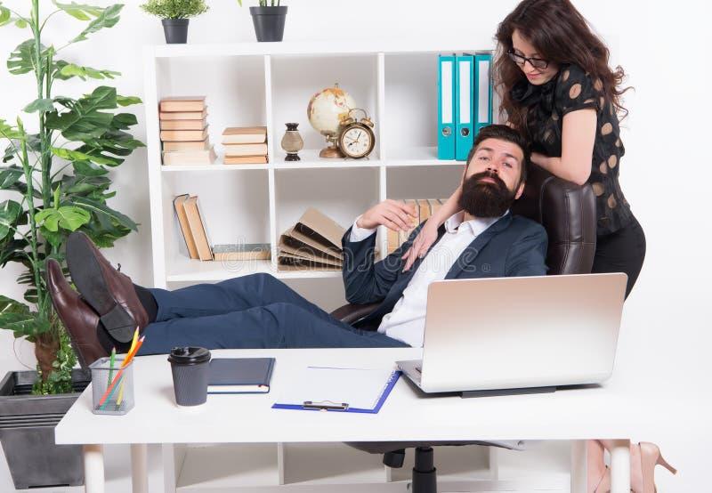 Επιχειρησιακό ζεύγος στην αρχή Άνδρας και ελκυστική γυναίκα Κύρια θέση διευθυντή και CEO διευθυντών Γραμματέας επιχειρησιακών ατό στοκ εικόνες με δικαίωμα ελεύθερης χρήσης