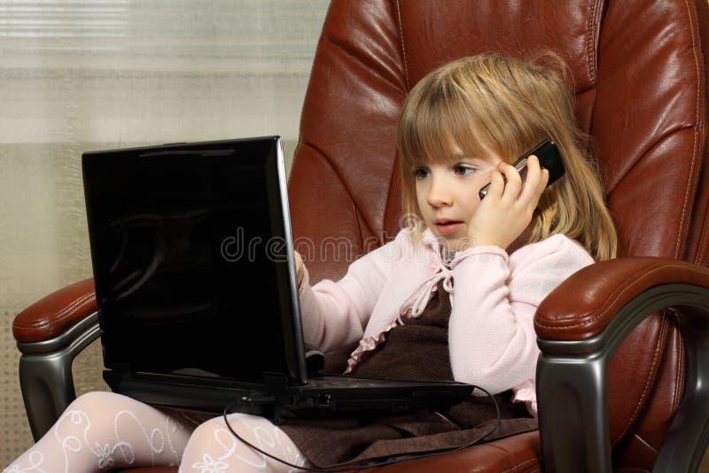 επιχειρησιακό κορίτσι λίγο σημειωματάριο στοκ φωτογραφία με δικαίωμα ελεύθερης χρήσης