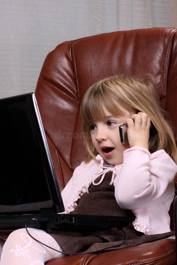 επιχειρησιακό κορίτσι λίγο σημειωματάριο στοκ εικόνα