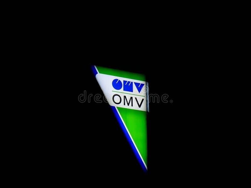 Επιχειρησιακό λογότυπο Omv τη νύχτα στοκ φωτογραφία