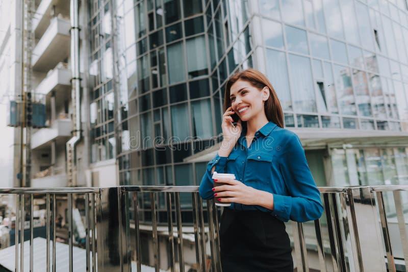 Επιχειρησιακό μοντέρνο θηλυκό που μιλά με κινητό τηλέφωνο στοκ φωτογραφίες