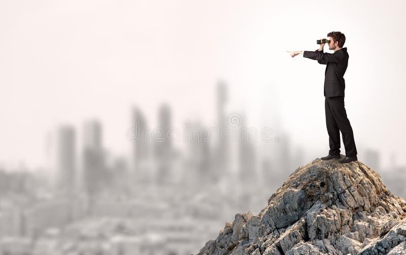 Επιχειρησιακό πρόσωπο που κοιτάζει στην πόλη από την απόσταση στοκ εικόνες με δικαίωμα ελεύθερης χρήσης