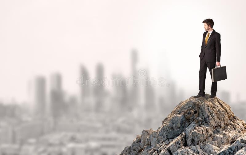 Επιχειρησιακό πρόσωπο που κοιτάζει στην πόλη από την απόσταση στοκ εικόνες