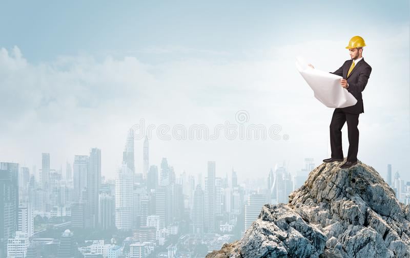 Επιχειρησιακό πρόσωπο που κοιτάζει στη μεγάλη πόλη από την απόσταση στοκ εικόνες