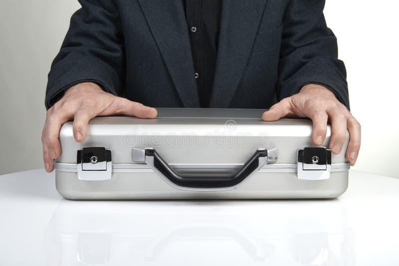 Επιχειρησιακό πρόσωπο που κρατά έναν χαρτοφύλακα στοκ φωτογραφία με δικαίωμα ελεύθερης χρήσης