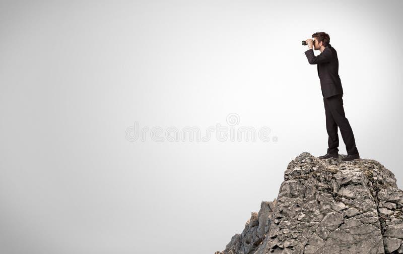 Επιχειρησιακό πρόσωπο στην κορυφή του βράχου με το διάστημα αντιγράφων στοκ εικόνα με δικαίωμα ελεύθερης χρήσης