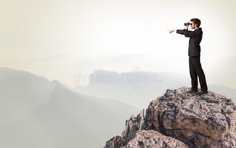 Επιχειρησιακό πρόσωπο στην κορυφή του βράχου στοκ εικόνα με δικαίωμα ελεύθερης χρήσης