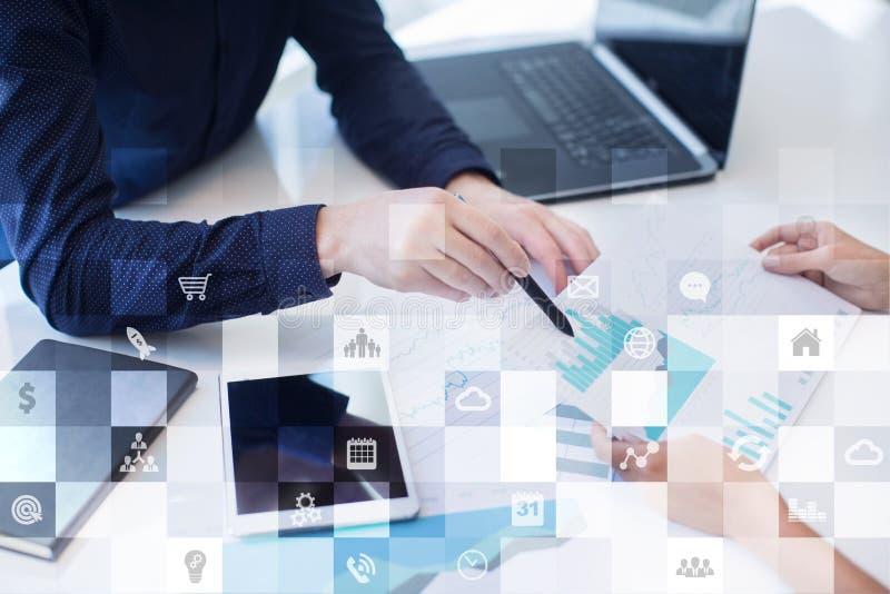 Επιχειρησιακό πρότυπο Ροή της δουλειάς γραφείων Εικονίδια στην εικονική οθόνη Διαδίκτυο και ψηφιακή έννοια τεχνολογίας στοκ φωτογραφία