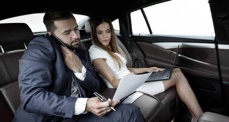 Επιχειρησιακό ταξίδι που μιλά σε κινητό στην εργασία του αυτοκινήτου στοκ φωτογραφία με δικαίωμα ελεύθερης χρήσης