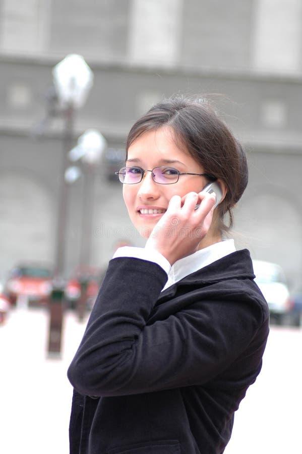 επιχειρησιακό τηλεφώνημα που λαμβάνει τη γυναίκα στοκ φωτογραφίες με δικαίωμα ελεύθερης χρήσης
