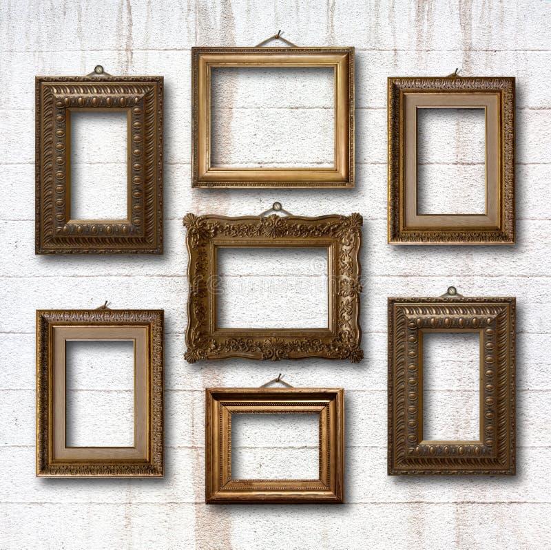 Επιχρυσωμένα ξύλινα πλαίσια για τις εικόνες στον τοίχο πετρών στοκ εικόνα με δικαίωμα ελεύθερης χρήσης