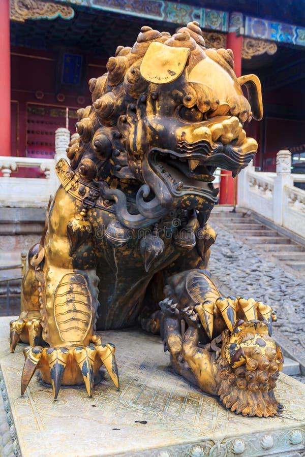 Επιχρυσωμένο αυτοκρατορικό λιοντάρι φυλάκων στη διάσημη απαγορευμένη πόλη Πεκίνο Κίνα στοκ φωτογραφία