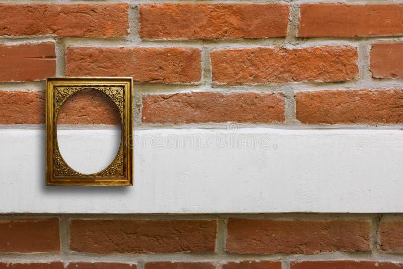 Επιχρυσωμένο ξύλινο πλαίσιο για τις εικόνες στον παλαιό τουβλότοιχο στοκ φωτογραφίες