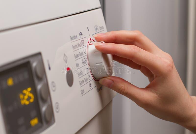Επιλέγοντας ένα πρόγραμμα για το πλυντήριο στοκ φωτογραφία