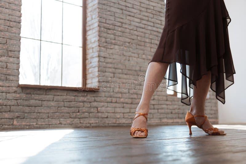 Επιδέξια ηλικίας γυναίκα που μελετά τον κλασσικό χορό στην αίθουσα χορού στοκ φωτογραφίες με δικαίωμα ελεύθερης χρήσης