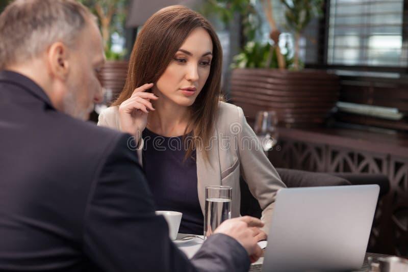 Επιδέξιοι δύο συνάδελφοι στην επιχειρησιακή συνεδρίαση στον καφέ στοκ φωτογραφία με δικαίωμα ελεύθερης χρήσης