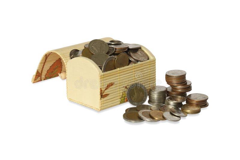 Επιλέξτε την εστίαση, χαριτωμένα στήθη θησαυρών πολλών νομισμάτων, που απομονώνονται στο άσπρο υπόβαθρο στοκ εικόνες