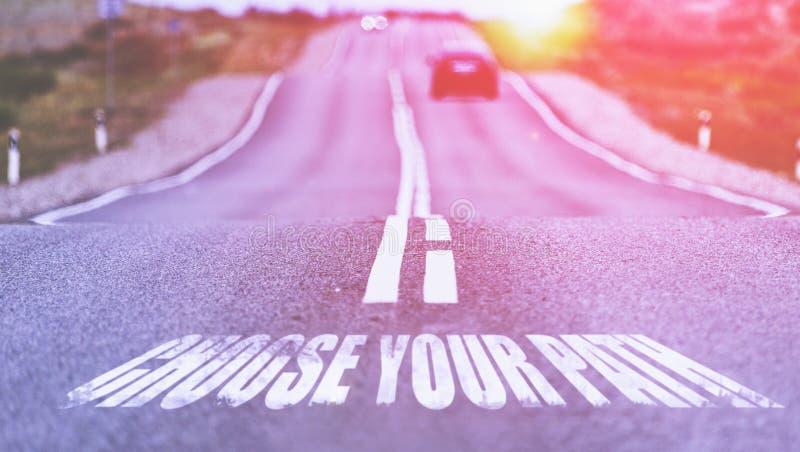 Επιλέξτε την πορεία σας που γράφεται στο δρόμο Επιλεγμένη εστίαση τονισμένος στοκ φωτογραφία με δικαίωμα ελεύθερης χρήσης