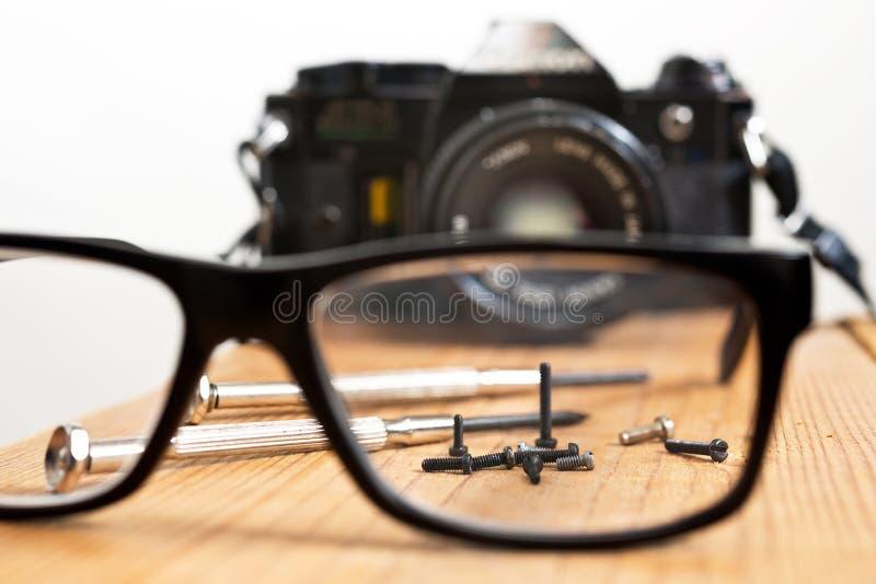 Επιδιόρθωση της παλαιάς κάμερας στοκ φωτογραφία